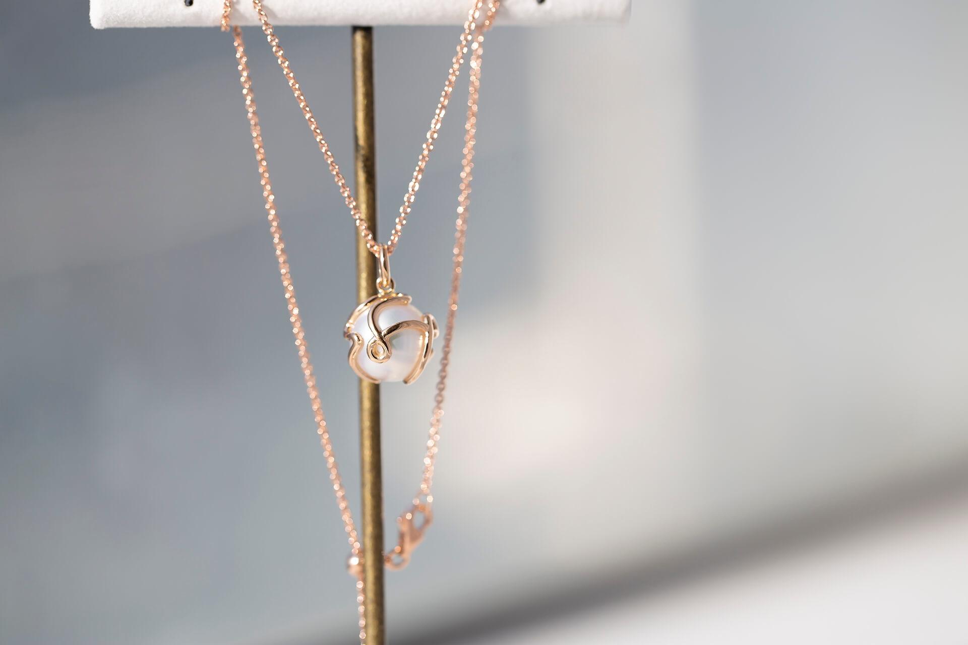 以一筆成形的方式完成不具像的兔子輪廓,18K玫瑰金與南洋珠的結合,成功呈現出送給媽媽溫暖且細膩的生日禮物。