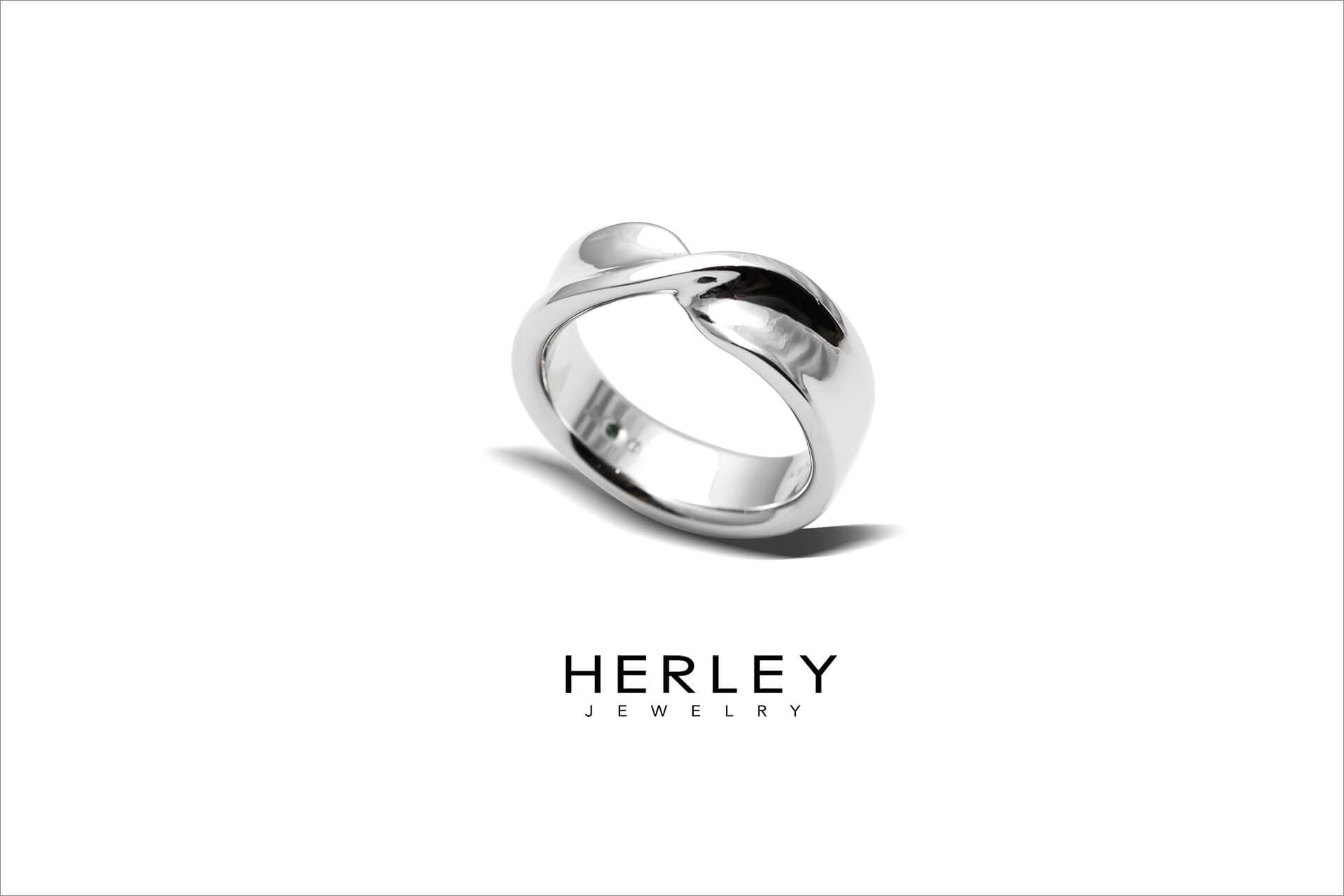 此珠寶設計以「彼此的禮物」為概念發想,以緞帶扭轉的造型與女戒相呼應