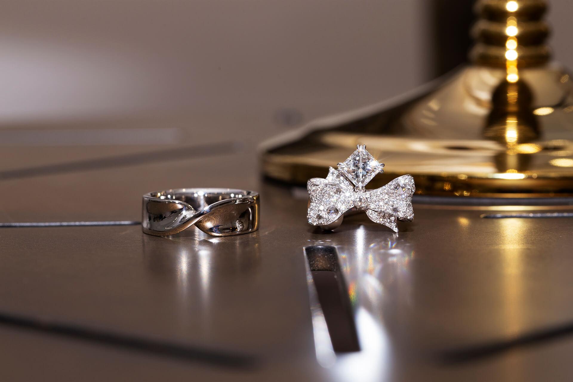 此珠寶設計以「彼此的禮物」為概念發想,以蝴蝶結和緞帶造型作為週年結婚對戒主軸